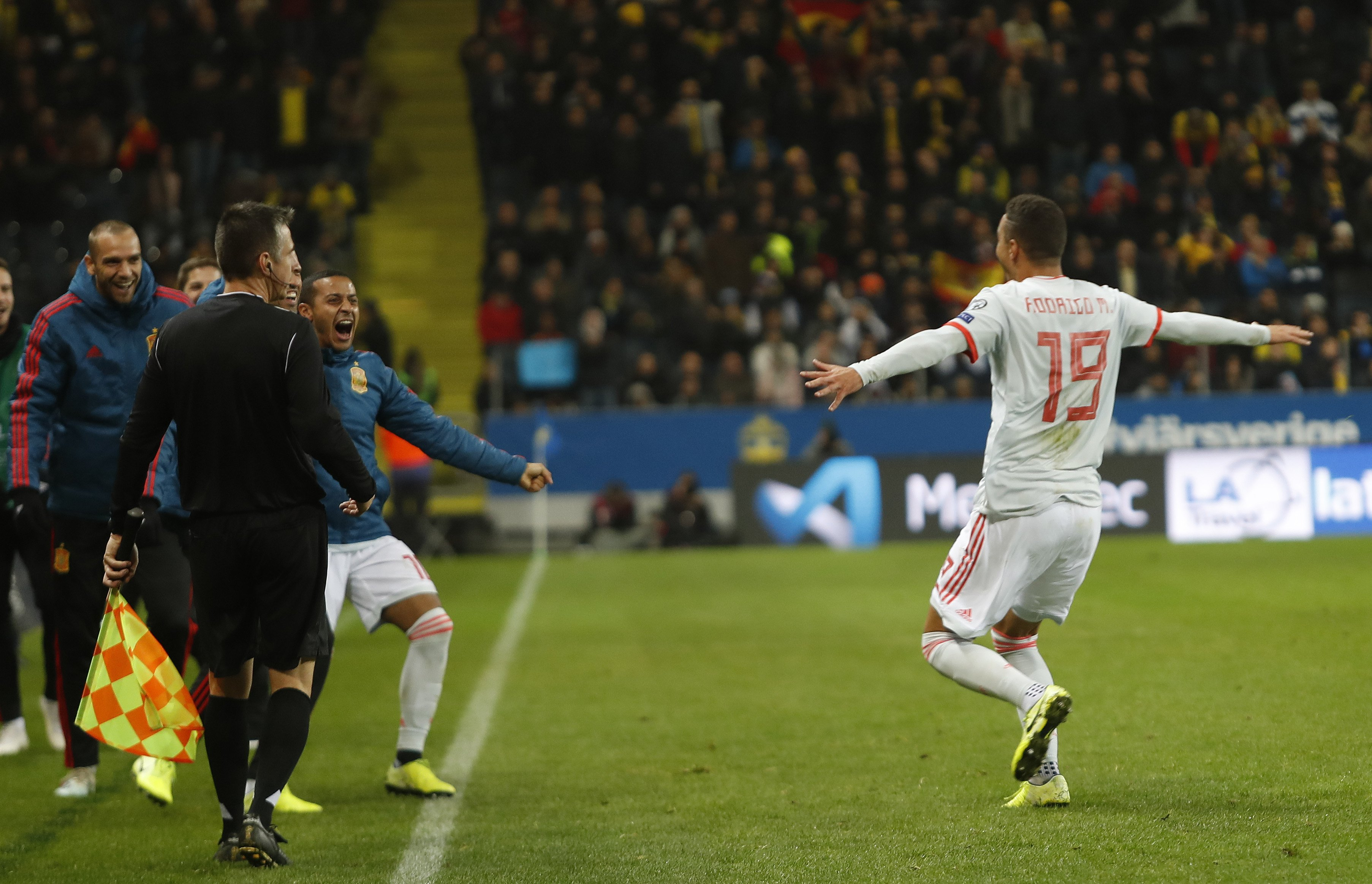 Rodrigo celebrando el gol con Thiago