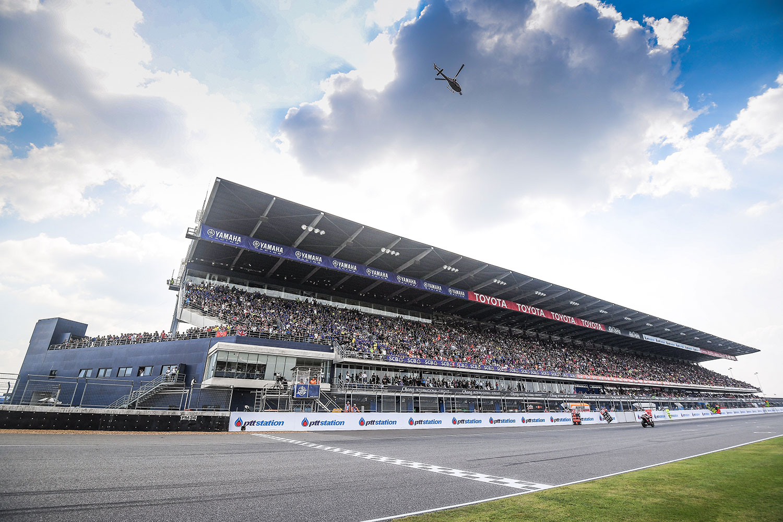 Los pilotos de MotoGP, en Tailandia, mientras corrían la carrera de 2018