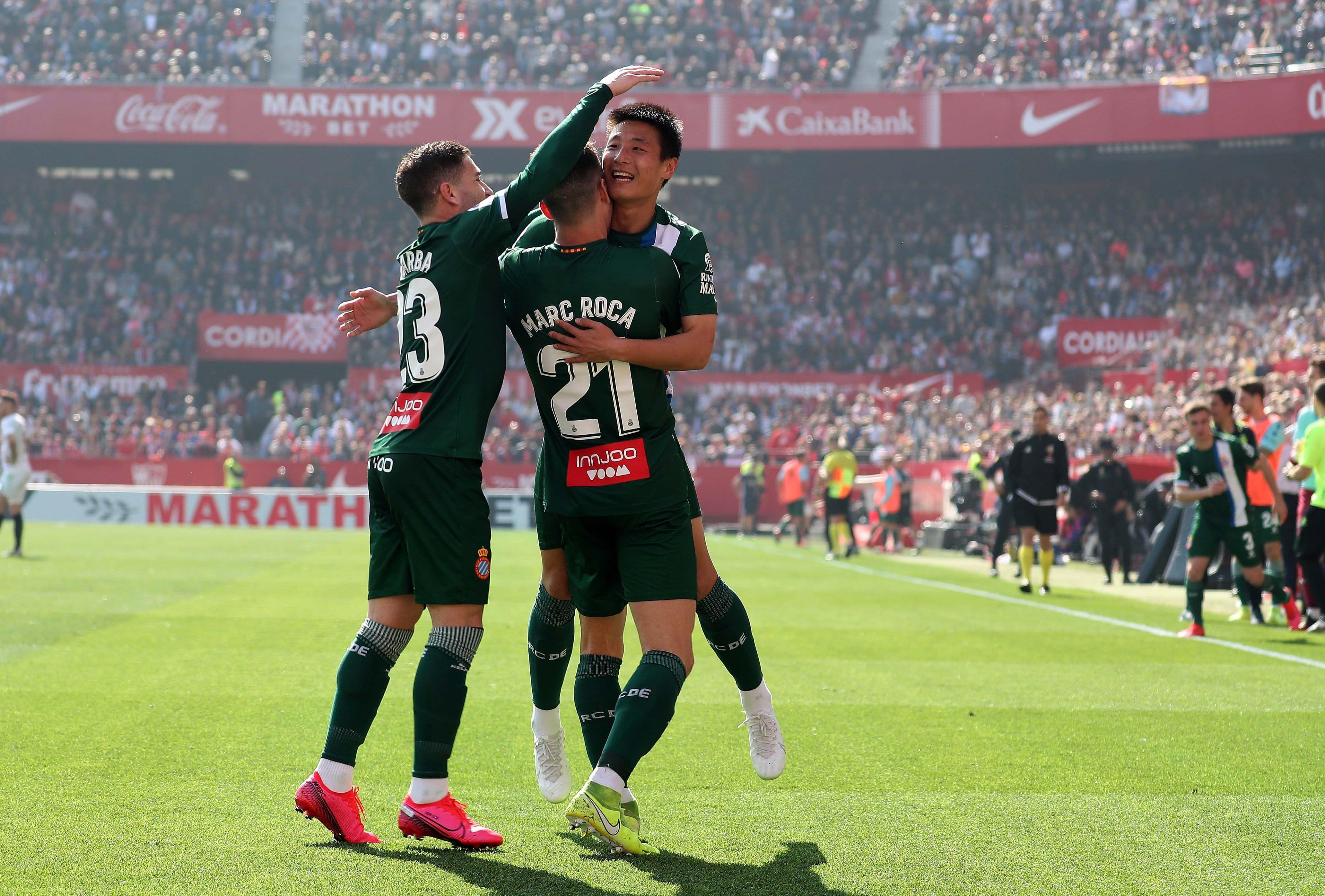 Wu Leí celebrando el gol ante el Sevilla