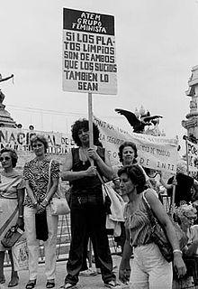 mujer feminista con pancarta en manifestación