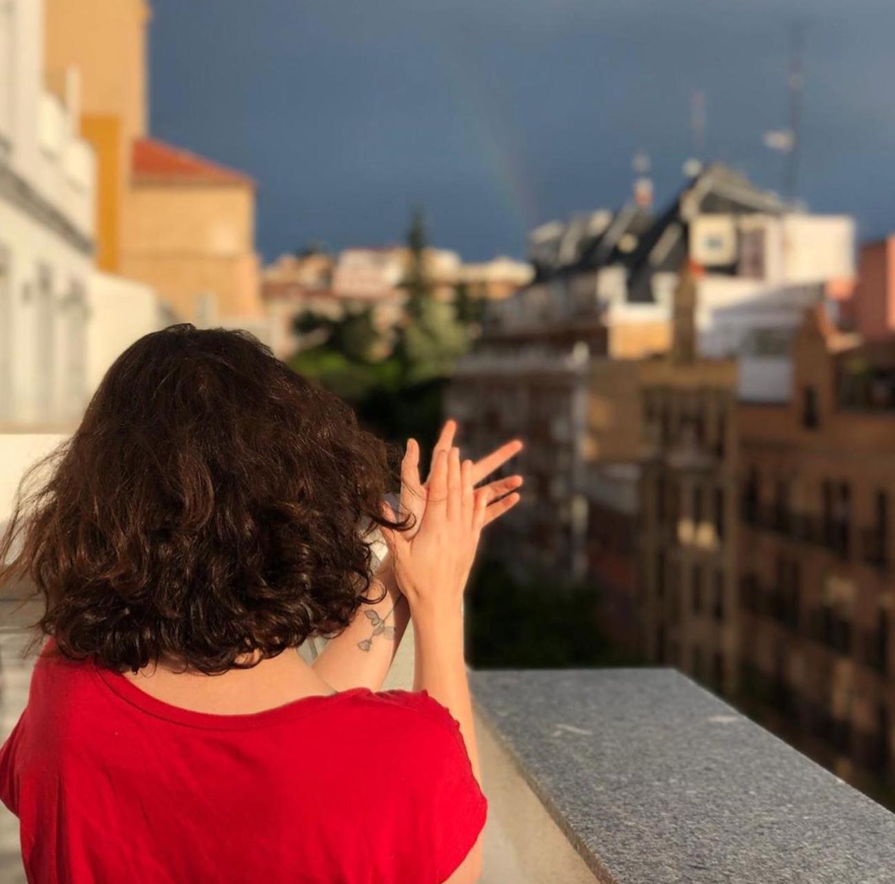 Isabel Díaz Ayuso, presidenta de la Comunidad de Madrid, aplaudiendo desde una de las terrazas del aparthotel | Instagram