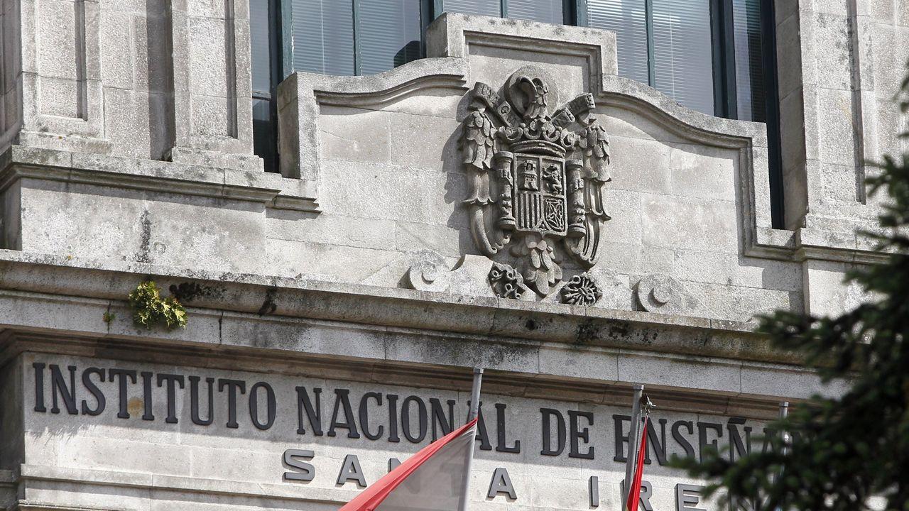 Escudo franquista del instituto Santa Irene de Vigo. Fuente: X.C. Gil