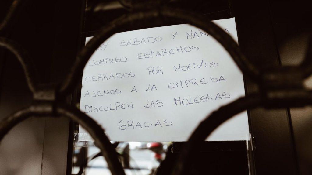 Cartel con el que se encontraron los usuarios el fin de semana. Foto: La Voz de Galicia