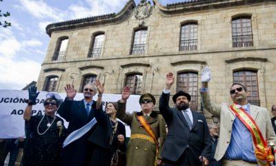 Manifestación frente al Ayuntamiento para reivindicar la recuperación de la Casa Cornide