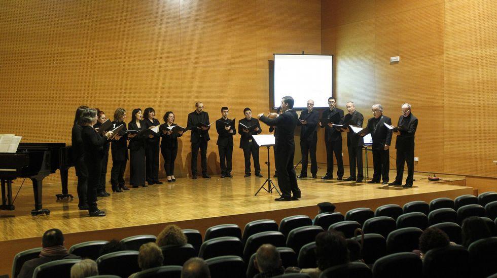 El concierto, organizado por la Sociedad Filarmónica, se ofrecerá en la Casa de Cultura Una actuación del Coro Rías Baixas en Vigo Una actuación del Coro Rías Baixas en Vigo. // XOAN CARLOS GIL