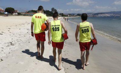 Tres socorristas en una playa de vigo. Foto: X.C. Gil
