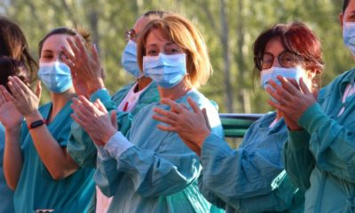 Imagen de un aplauso a los sanitarios de El Bierzo. // infobierzo.com