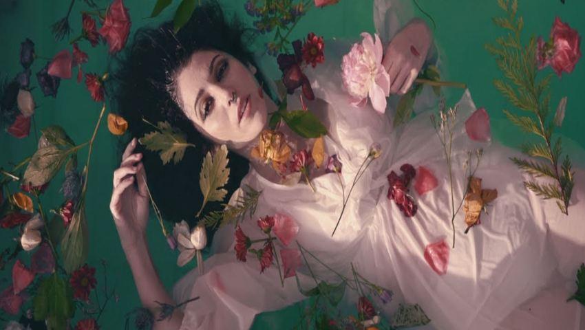 Flores y vino, nuevo single de Bely Basarte