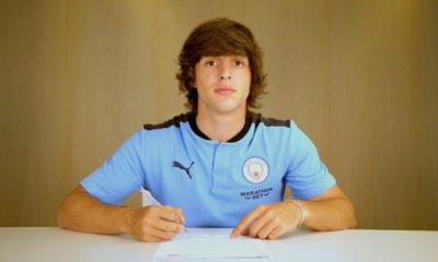 Pablo Moreno firmando con el Manchester City