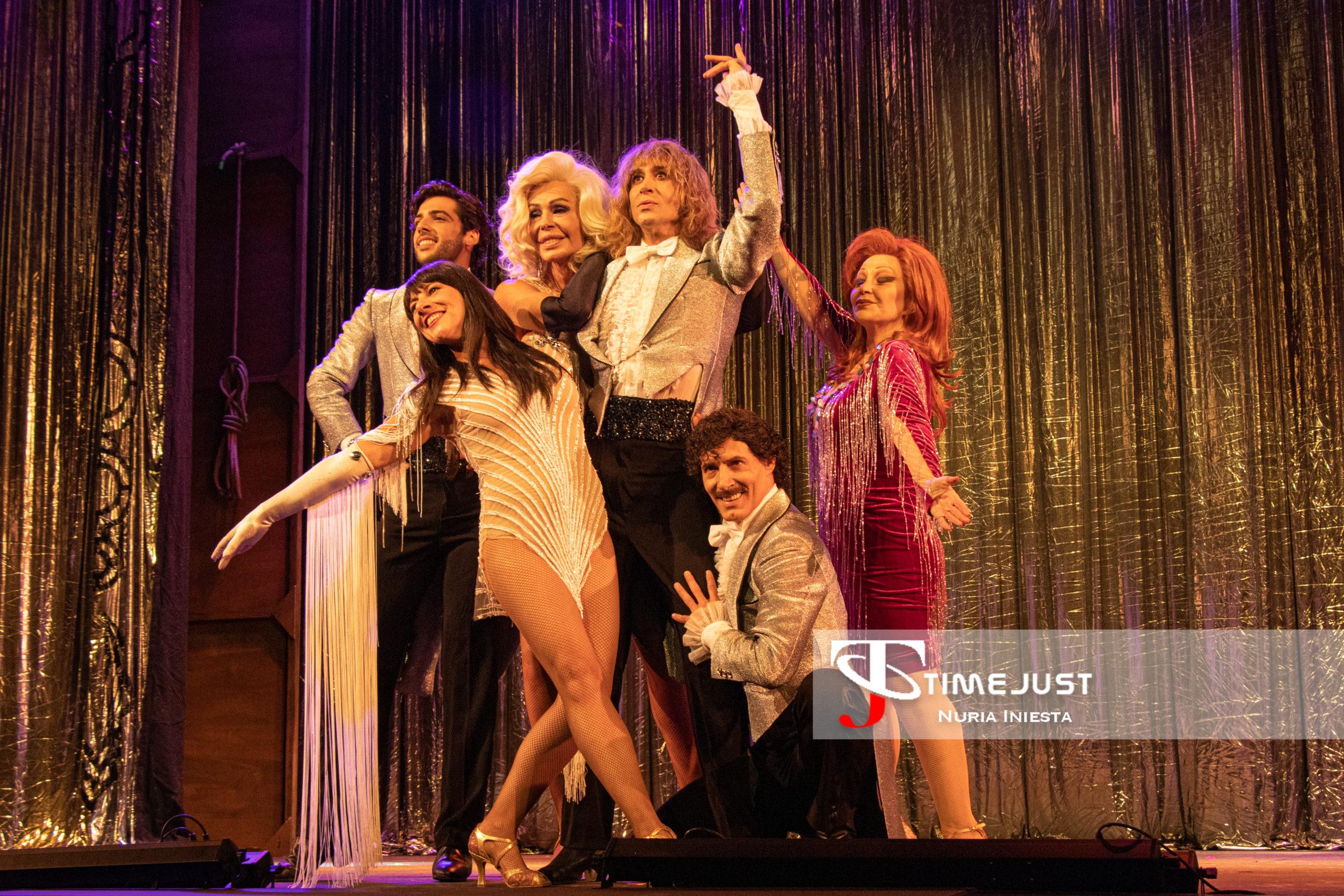 El reparto de La Última Tourné saluda al público. // Foto: Nuria Iniesta