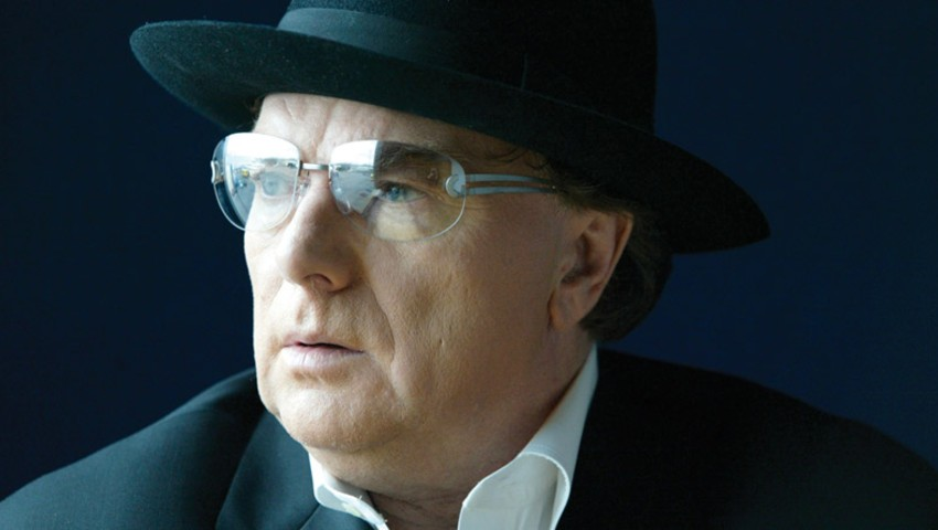 Van Morrison sorprende a sus fans con 'Love Should Come With A Warning'.
