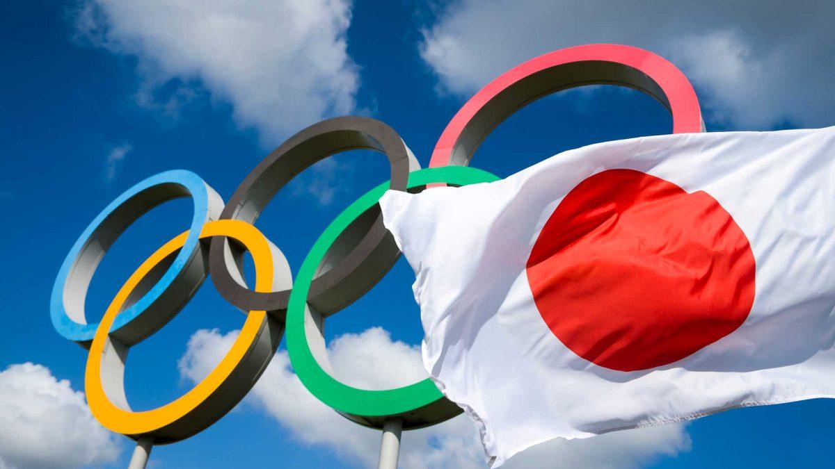 Anillos olímpicos y la bandera de Japón.