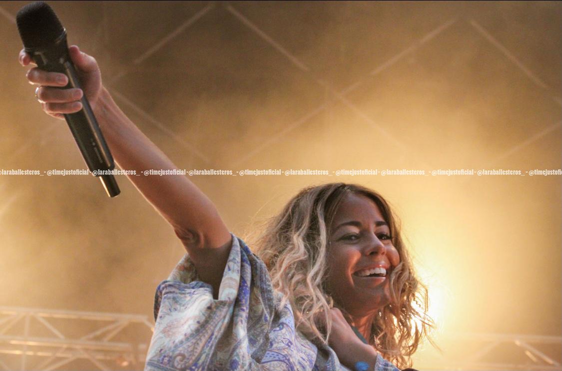 Sofía Ellar subiendo el micrófono en el escenario del Cruïlla XXS