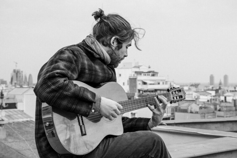 Raúl R. Sola tocando una guitarra